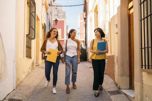 Three happy female friends walking around in the city - MPPF00116