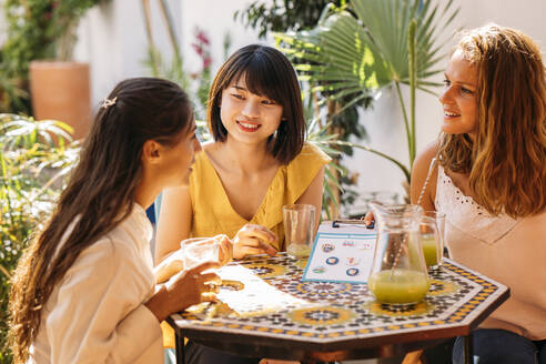 Female multicultural students meeting in a cafe - MPPF00137