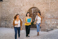 Three happy female friends visiting the city - MPPF00143