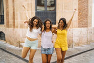Three carefree female friends in the city - MPPF00185