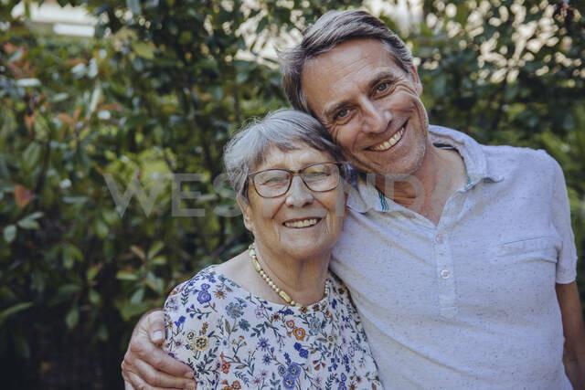 Happy mother and adult son in he garden - MFF04917 - Mareen Fischinger/Westend61