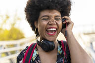 Laughing Afro-American woman with headphones - ERRF01730