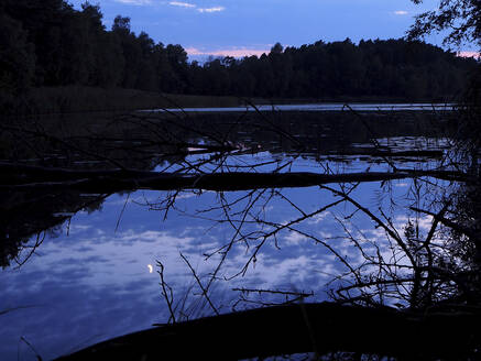 Germany, Bavaria, Shiny lake in Upper Palatine Forest at dusk - HUSF00100