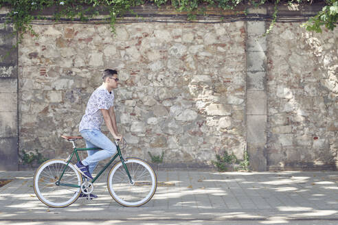 Man riding bicycle in the city - JNDF00133