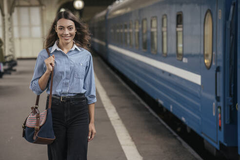 Young female traveller walking on the platform - VPIF01737
