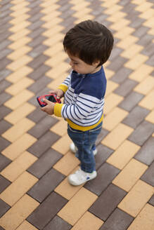 Little boy playing with toy mobile phone - VGF00322