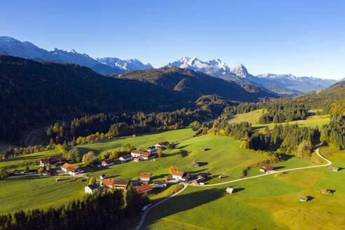 Ortsteil Gerold mit Wettersteingebirge, Kr�n, Werdenfelser Land, Oberbayern, Bayern, Deutschland, - LHF00736