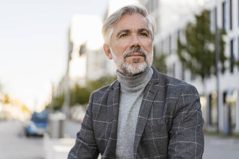 Portrait of fashionable mature businessman in the city - DIGF08619