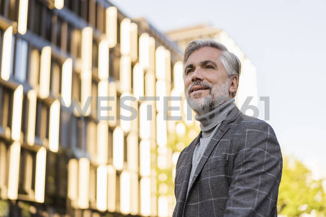 Portrait of fashionable mature businessman in the city - DIGF08631 - Daniel Ingold/Westend61