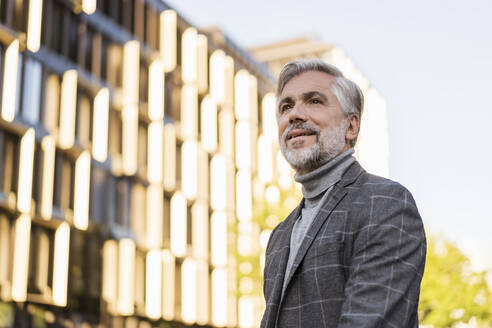 Portrait of fashionable mature businessman in the city - DIGF08631