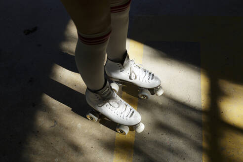 Young woman in roller skates, shadow - JPTF00353