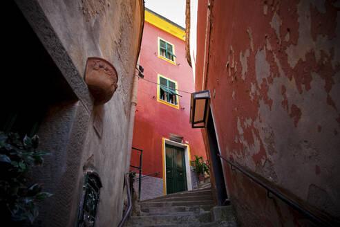 Narrow alley in Vernazza, Cinque Terre, Italy - GIOF07377