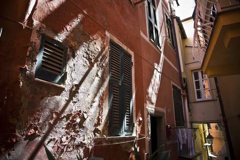 Narrow alley in Manarola, Cinque Terre, Italy - GIOF07383