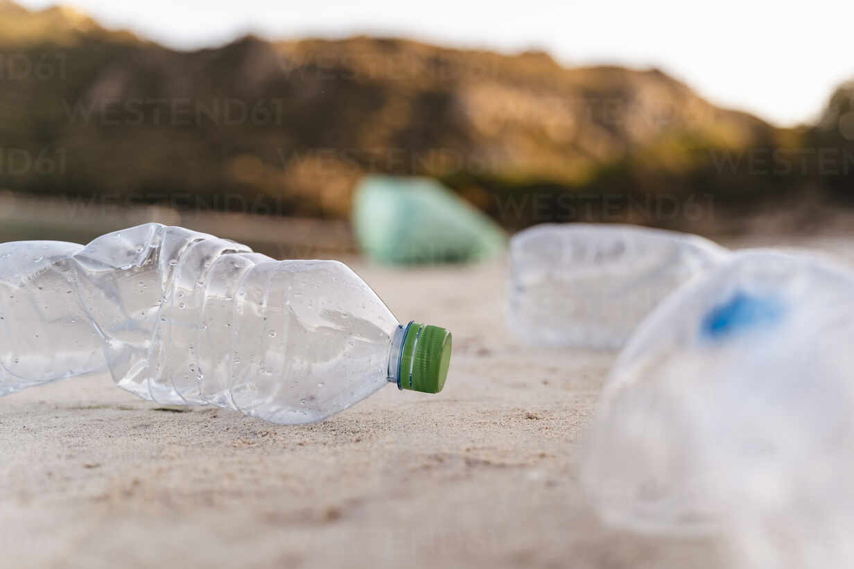 Empty plastic bottles on the beach - DIGF08855 - Daniel Ingold/Westend61