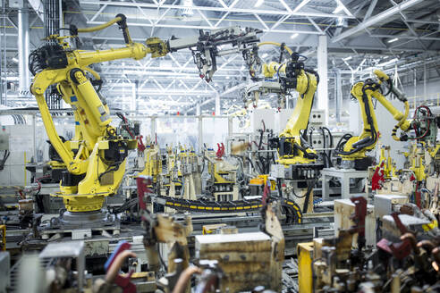 Industrial robots in a car factory - WESTF24294