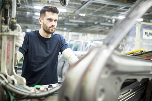 Man working in modern car factory - WESTF24336