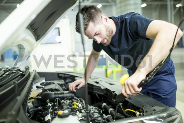 Man working on car in modern factory - WESTF24393 - Fotoagentur WESTEND61/Westend61