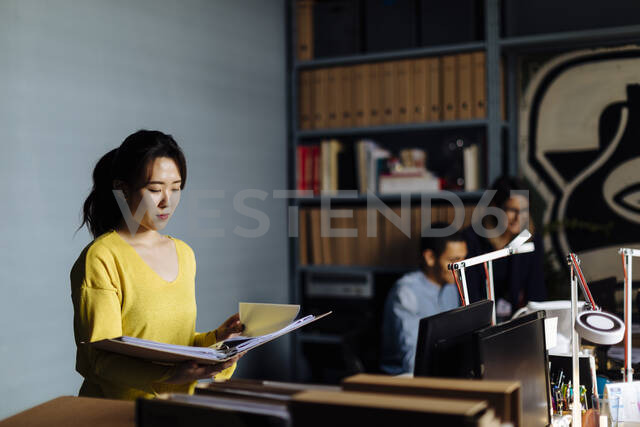 Young woman looking at files in office - SODF00265 - Sofie Delauw/Westend61