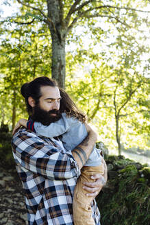 Father holding kid in the forest - SODF00352