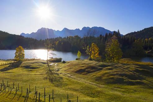 Luftaufnahme Geroldsee, auch Wagenbr�chsee, mit Karwendel, Kr�n, Werdenfelser Land, Oberbayern, Bayern, Deutschland, - LHF00744