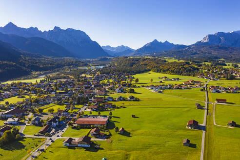 Gemeinde Kr�n vor Karwendelgebirge und Wettersteingebirge, Luftaufnahme, Werdenfelser Land, Oberbayern, Bayern, Deutschland, - LHF00751