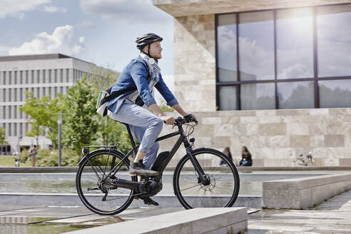 Student on his e-bike at Goethe University in Frankfurt, Germany - RORF01952