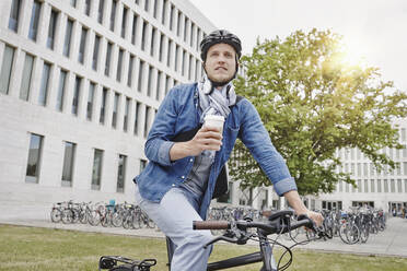 Student with coffee to go and e-bike - RORF01955