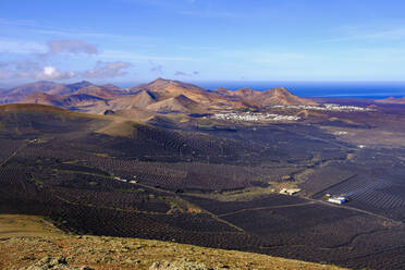 Weinanbaugebiet La Geria, Dörfer Uga und Yaiza, hinten Berg Atalaya de Femes, Blick von Montana de Guardilama, Lanzarote, Kanaren, Spanien - SIEF09299