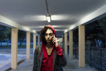 Portrait of young woman on the phone in the evening - ERRF02067