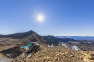 Neuseeland, Ozeanien, Nordinsel, Tongariro Nationalpark, North Island Volcanic Plateau, Tongariro Alpine Crossing Trail, Wanderer (w) genießt die Aussicht auf die Emerald Lakes - FOF11063