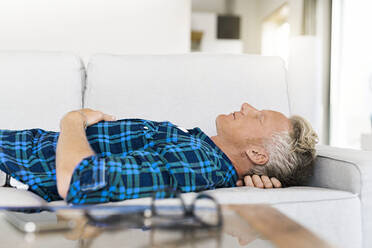 Casual man lying on couch relaxing - SBOF02043