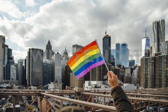Gay flag with New York in the background, USA - CJMF00170 - Jesús Martinez/Westend61