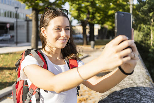 Young female backpacker taking a selfie in the city, Verona, Italy - GIOF07870