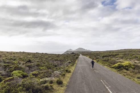 Südafrika, Westerncape, Cape Point, Mann joggt in die Weite, Freiheit - MCF00325