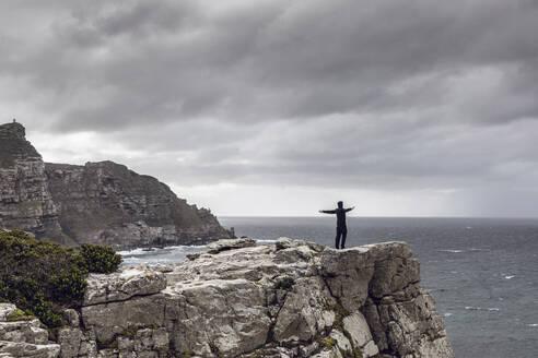 Südafrika, Westerncape, Cape Point, Mann schaut aufs Meer, Freiheit - MCF00331