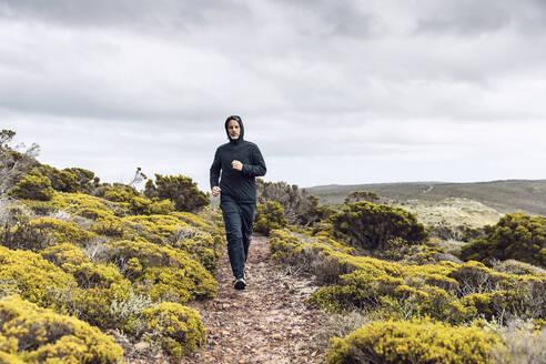 Südafrika, Westerncape, Cape Point, Mann joggt in die Weite, Freiheit - MCF00346
