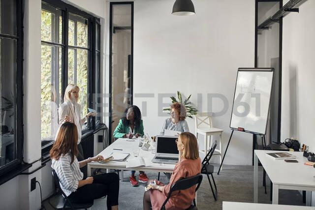 Businesswomen having a meeting in office - ZEDF02751 - Zeljko Dangubic/Westend61
