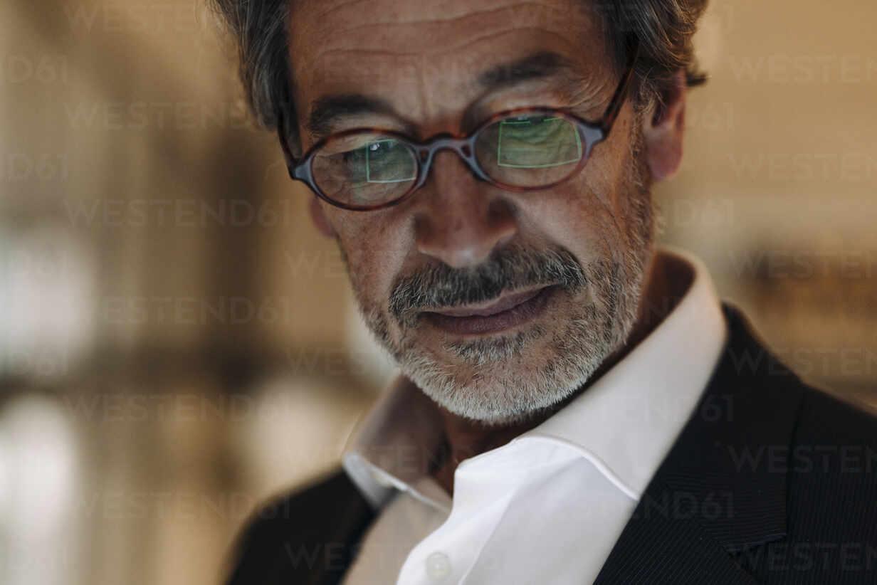 Portrait of senior businessman wearing glasses - GUSF02889 - Gustafsson/Westend61