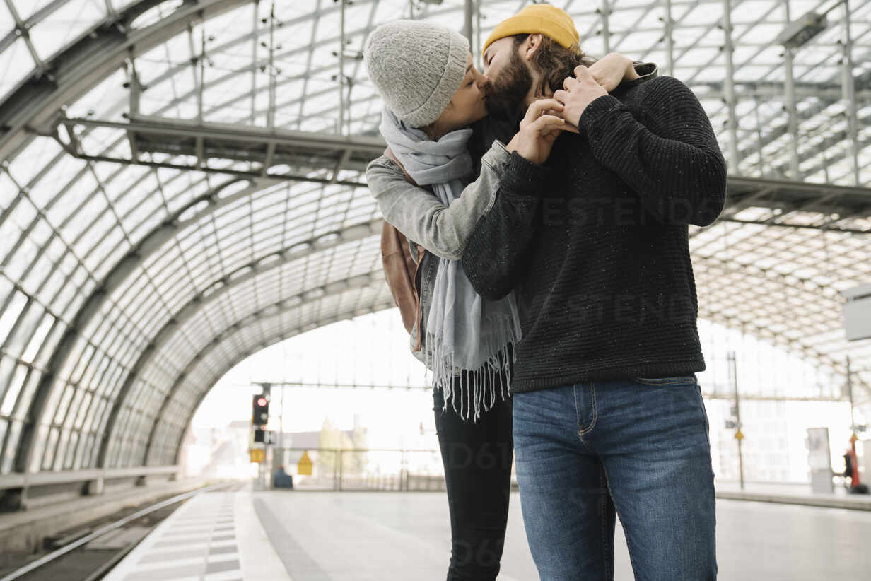 Young couple kissing at the station platform, Berlin, Germany - AHSF01429 - Hernandez and Sorokina/Westend61