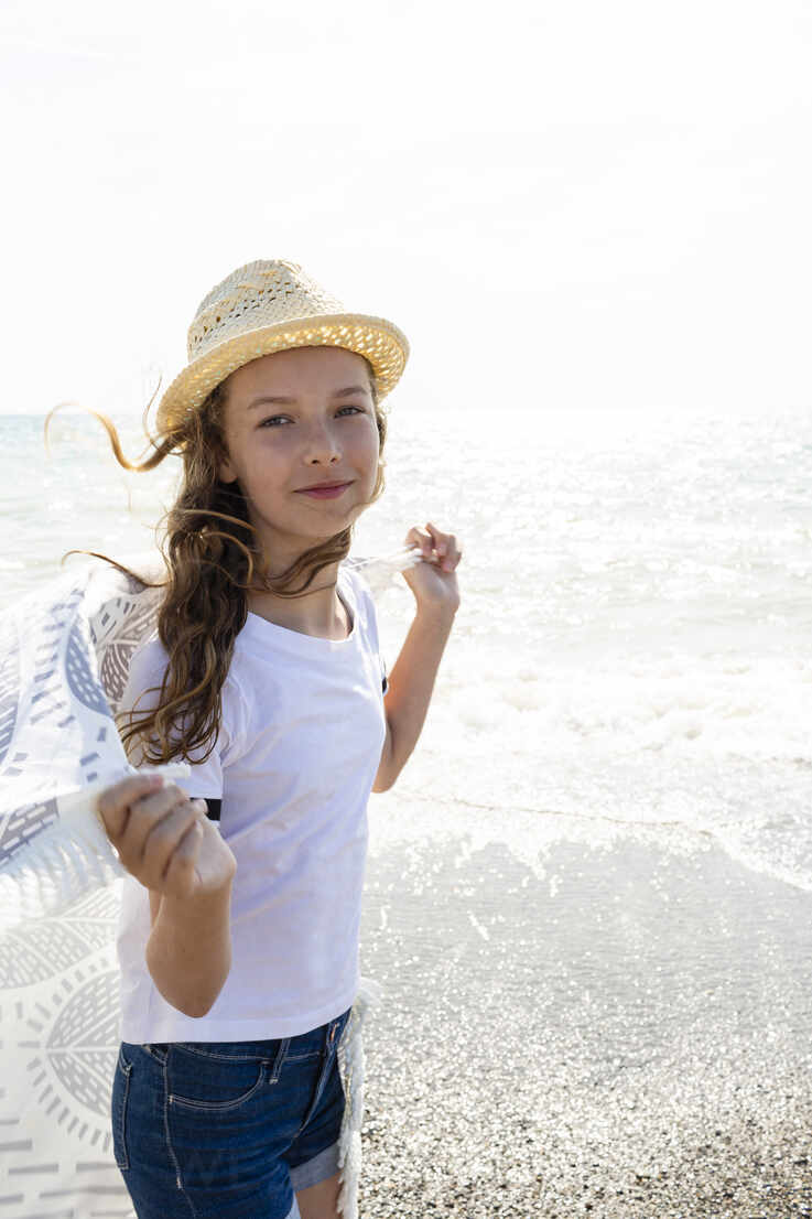 Smiling girl with towel on the beach, Tuscany, Italy - OJF00354 - Julia Otto/Westend61