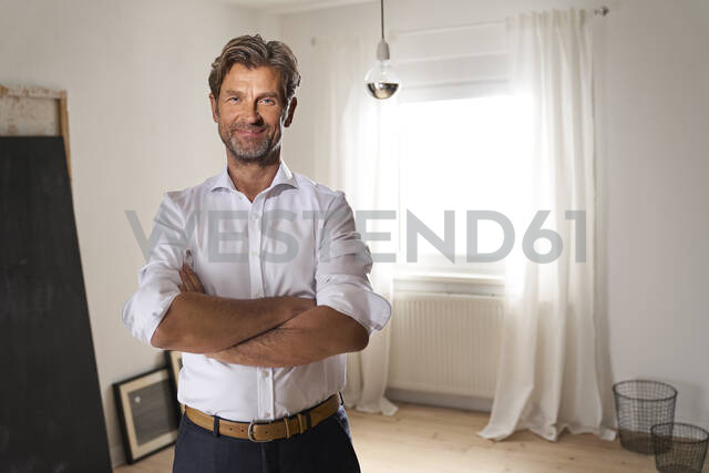 Portrait of smiling mature man at home - PHDF00018 - Isabella Bellnini/Westend61