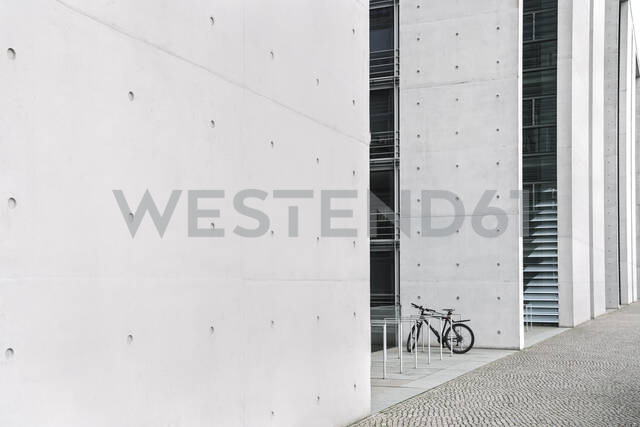 Parked bicycle, government district, Berlin, Germany - AHSF01579 - Hernandez and Sorokina/Westend61
