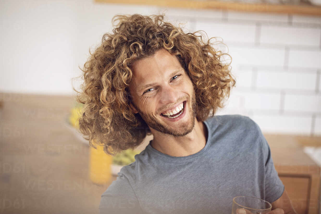 Portrait of happy young man at home - MCF00383 - Maya Claussen/Westend61