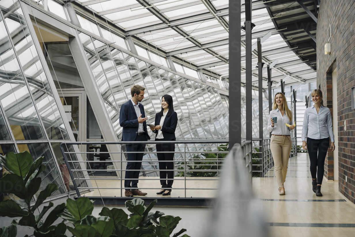 Business people talking in modern office building - JOSF03898 - Joseffson/Westend61