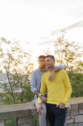 Affectionate gay couple outdoors at sunset - AFVF04439