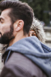 Peeking young woman behind her boyfriend - LJF01155