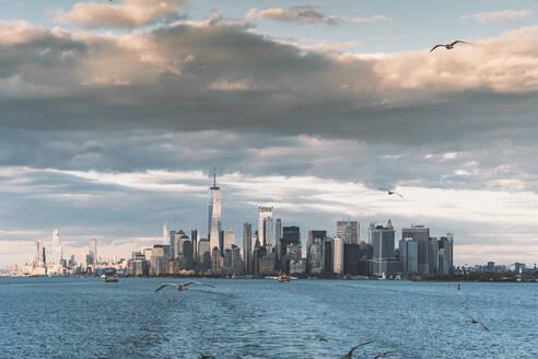 USA, New York,Manhattan skyline with One World Trade Center - DAMF00249
