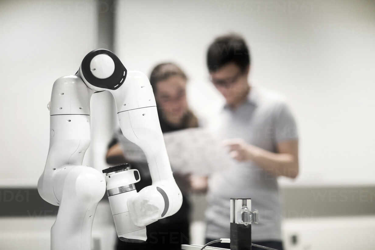 Sudents studying robotic at an university institute - SGF02502 - Sigrid Gombert/Westend61