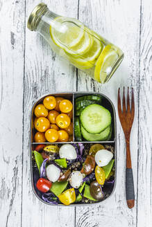 Bottle of lemonade and lunchbox with cucumber slices, winter cherries andquinoasalad (quinoa, cherry tomato, red cabbage, sugar snap peas and mozzarellaballs) - SARF04409
