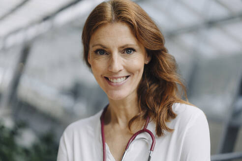Portrait of a smiling female doctor - JOSF04165
